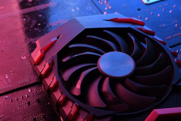 Scheda grafica del gioco per computer, scheda video con due dispositivi di raffreddamento sul circuito stampato, scheda madre