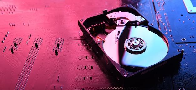 Disco rigido del computer unità hdd, ssd sul circuito stampato, sfondo della scheda madre