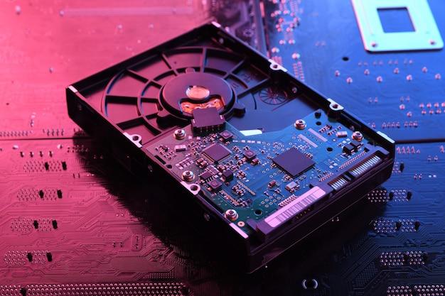 Unità disco rigido del computer hdd ssd sulla scheda madre del circuito