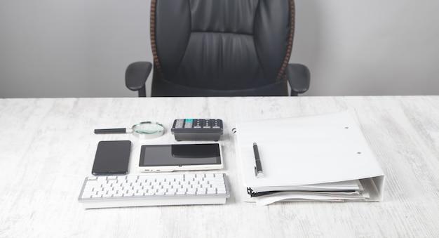 Tastiera del computer, penna, calcolatrice, documento sulla scrivania.
