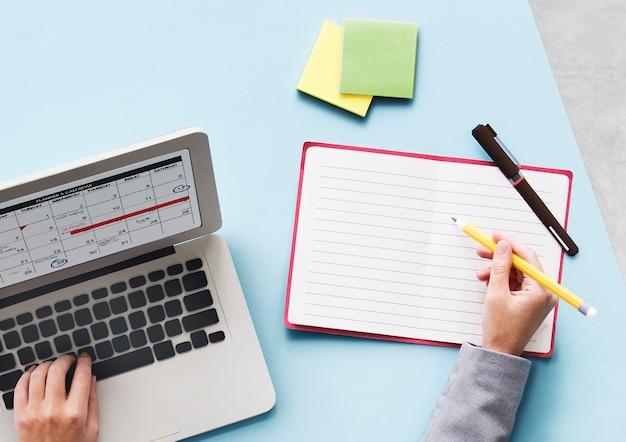 Computer portatile ricerca scrivania concetto
