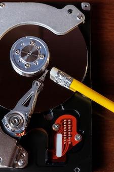 Primo piano del disco di memoria del computer con gomma