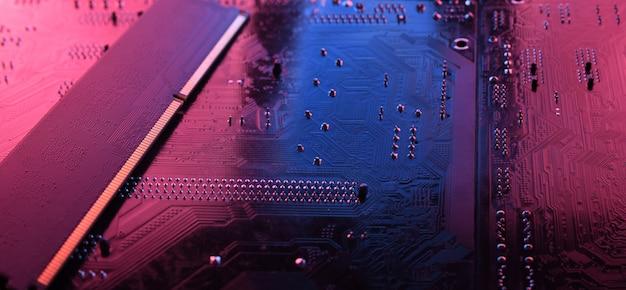 Memoria ram del computer sullo sfondo della scheda madre del circuito