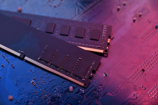 Memoria ram del computer su sfondo della scheda madre. avvicinamento. sistema, memoria principale, memoria ad accesso casuale, a bordo, dettagli del computer. componenti del computer. ddr3. ddr4. ddr5
