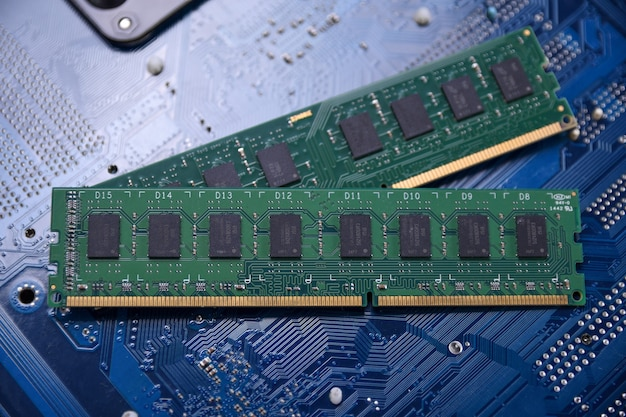 Memoria ram del computer sulla scheda madre. avvicinamento. sistema, memoria principale, memoria ad accesso casuale, a bordo, dettaglio del computer. componenti per computer. ddr3. ddr4. ddr5