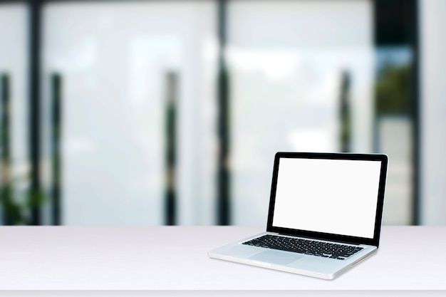 Monitor del computer isolato su schermo bianco sulla scrivania in stile ufficio.