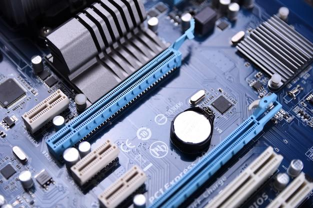 Scheda madre del computer e componenti elettronici memoria della cpu cpu e diversi socket per scheda video da vicino