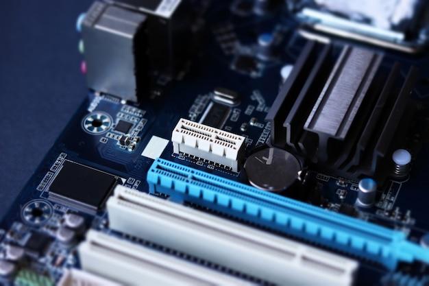 Scheda madre del computer in assemblaggio e aggiornamento di riparazione di apparecchiature informatiche in stile tilt shift
