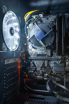 Scheda madre del computer con cpu multi core installata all'interno dell'unità di sistema