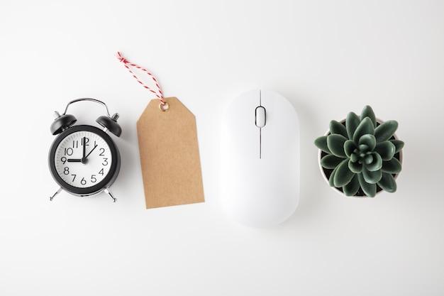 Mouse del computer, orologio e tag di vendita, vendita online, disposizione piatta
