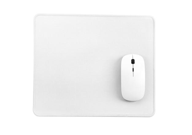 Mouse del computer sul tappetino per mouse bianco isolato su una vista dall'alto di sfondo bianco