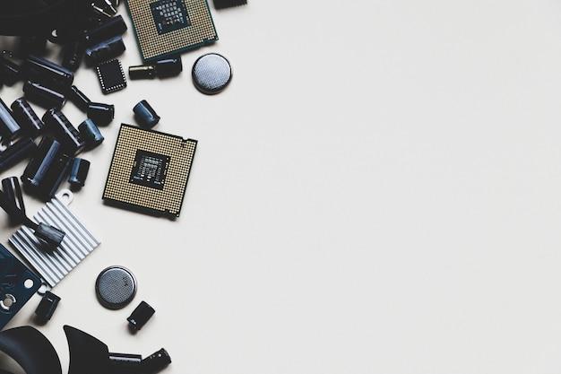 Parti di computer con ventola cpu condensatore batteria condensatori chip radiatore cacciaviti su tavolo bianco