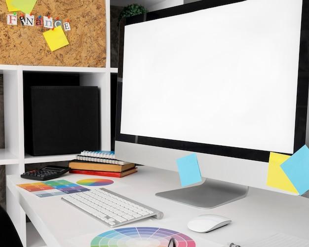 Schermo del computer sulla superficie della scrivania in ufficio con tastiera