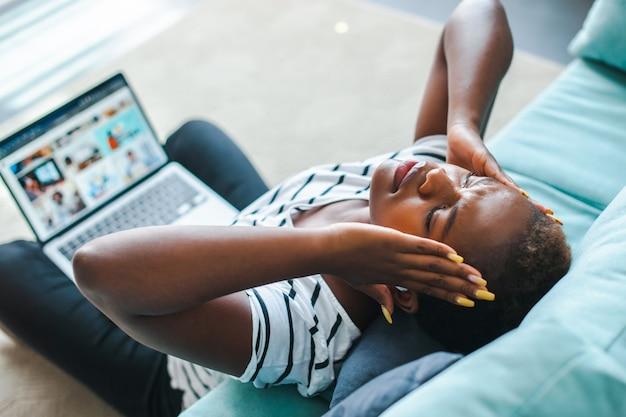 Impiegata di tecnologia informatica donna d'affari nera che ha un problema di lavoro
