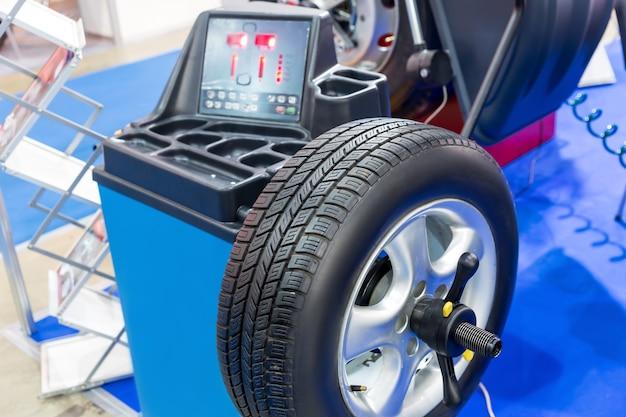 Equilibratura ruote computer su macchina speciale.