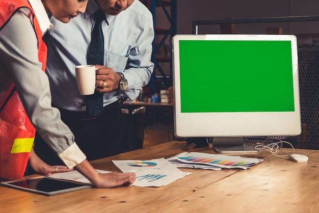 Computer con schermo verde in magazzino