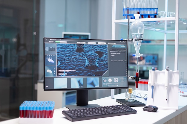 Computer con esperienza sui virus microbiologici