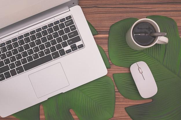 Computer e tazze da caffè sulla scrivania