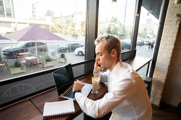 Libero professionista maschio concentrato prende appuntamenti