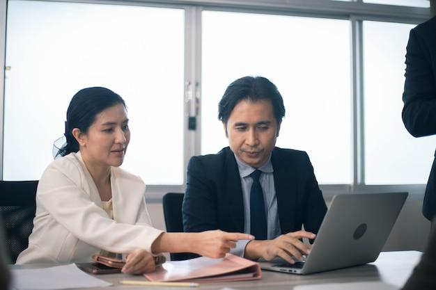 Collaboratore multietnico concentrato impegnato a utilizzare il brainstorming del laptop condividendo pensieri durante una riunione d'ufficio