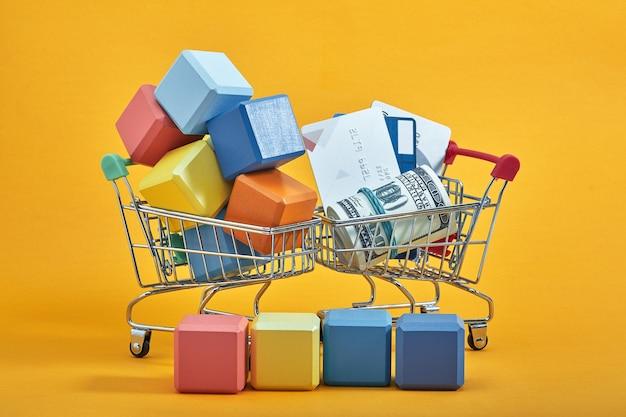 Concetto di pubblicità. carrello della spesa con cubi multicolori.