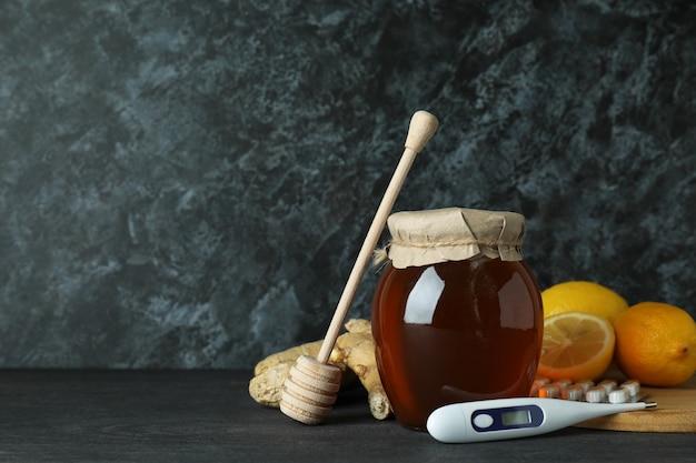 Concetto di trattamento a freddo alternativo sul tavolo di legno scuro