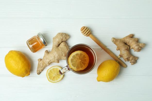 Concetto di trattamento a freddo alternativo sulla tavola di legno bianca