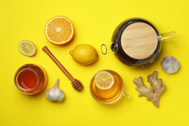 Concetto di trattamento a freddo alternativo su colore giallo