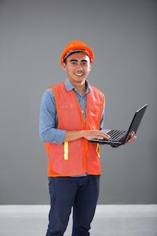 Architetto e ingegneri di concetto con il computer portatile