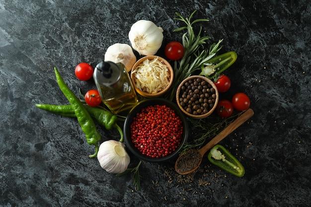Concetto di spezie aromatiche su tavola affumicata nera
