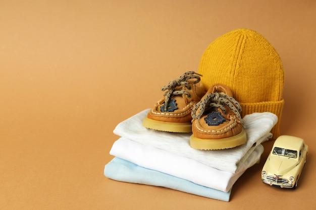 Concetto di vestiti per bambini su sfondo beige.