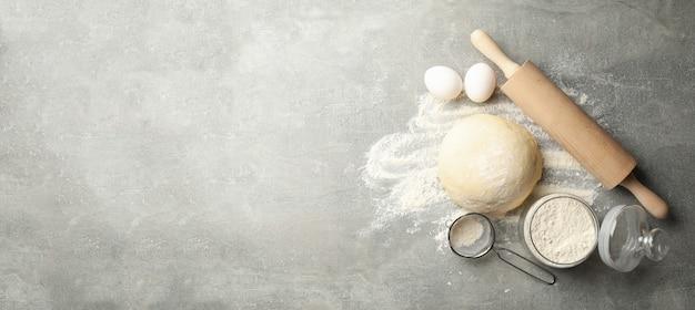 Concetto per la cottura con pasta su sfondo grigio