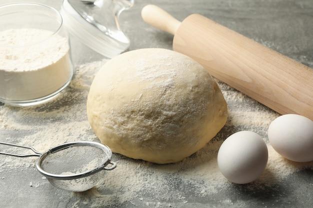 Concetto per la cottura con pasta sulla superficie grigia