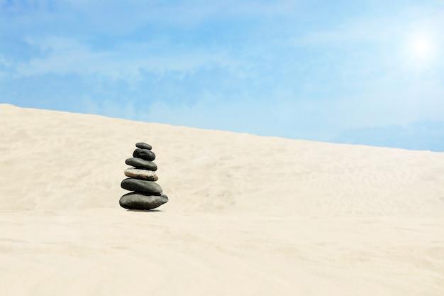 Concetto di equilibrio e armonia. rocce sulla costa del mare nella natura.