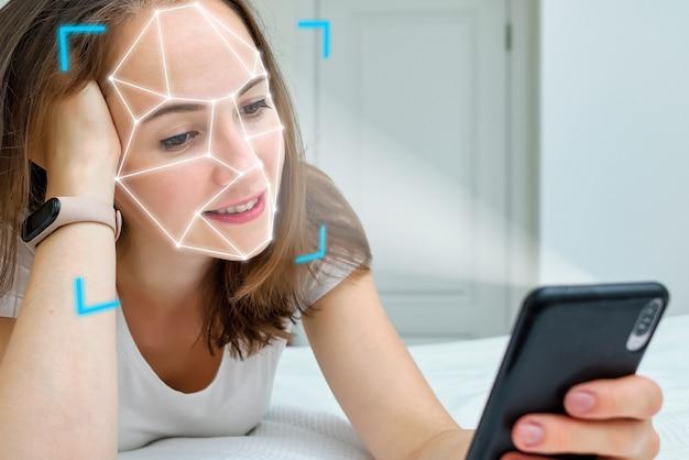 Concetto di tecnologia biometrica integrata nel telefono per l'identificazione e il riconoscimento del viso.