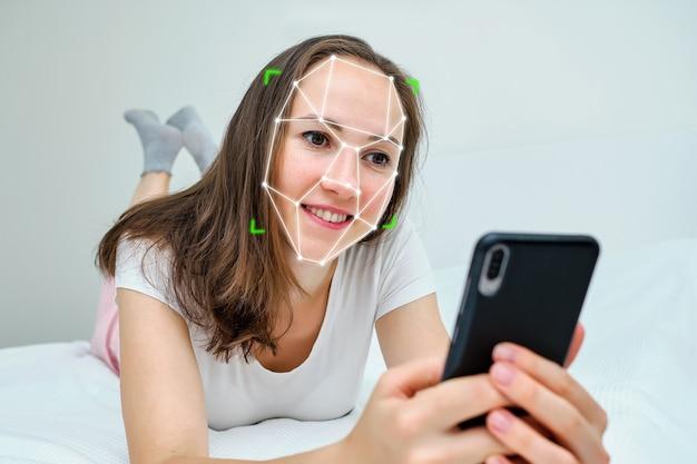 Concetto di tecnologia biometrica per il riconoscimento e l'identificazione del viso e degli occhi utilizzando uno smartphone.
