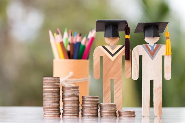 Concetto di budget per il pagamento delle tasse finanziarie della borsa di studio di apprendimento dell'istruzione, modelli di persone nel raggiungimento delle conoscenze universitarie per lo studio all'estero internazionale hanno denaro costoso per le tasse studentesche