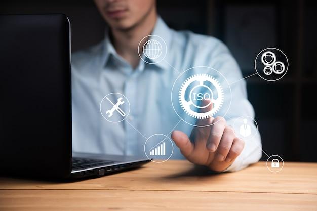 Il concetto di business, uomo che lavora in computer e iso