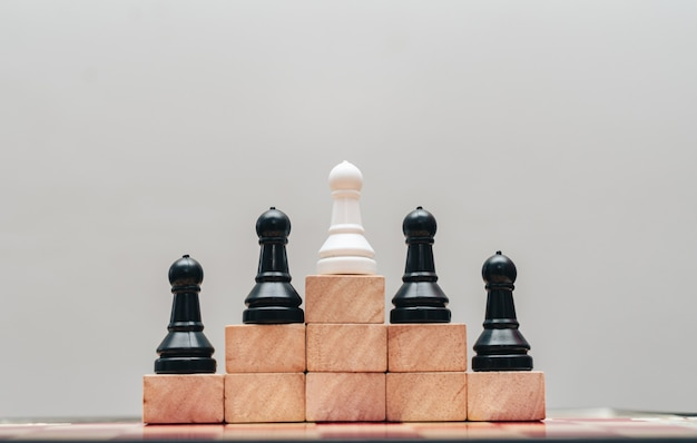Il concetto di successo aziendale con una scacchiera