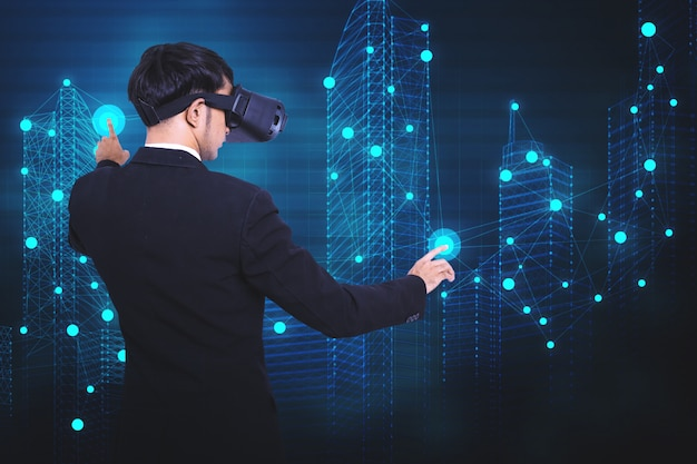 Concetto di un uomo d'affari nel lavoro di realtà virtuale.