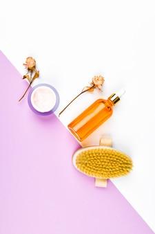 Cura del corpo e della pelle. concetto di rifiuti zero. . spazzola per massaggi. accessori per il massaggio. concetto di cura eco flatley. prodotti per la cura della pelle. carta artigianale. disteso