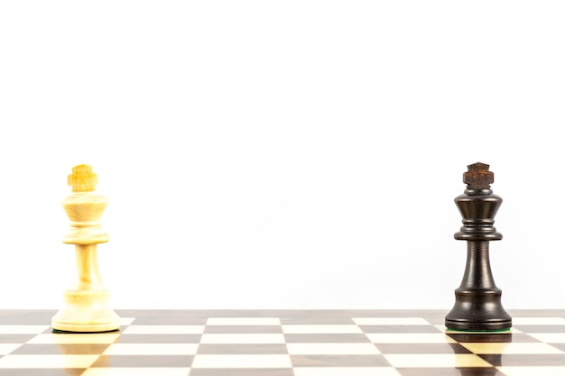 Concetto di sfida con eleganti pezzi degli scacchi in stile stauton