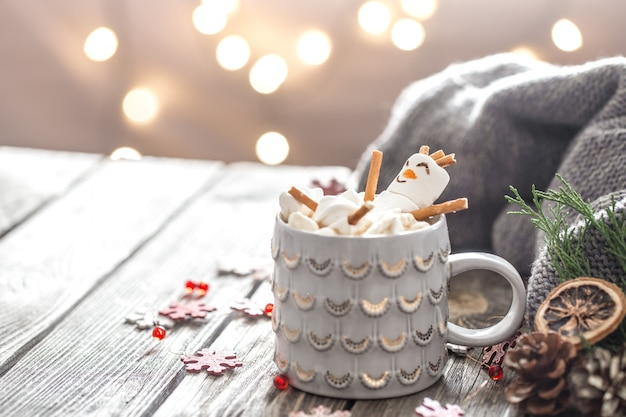 Il concetto di cacao natalizio con marshmallow