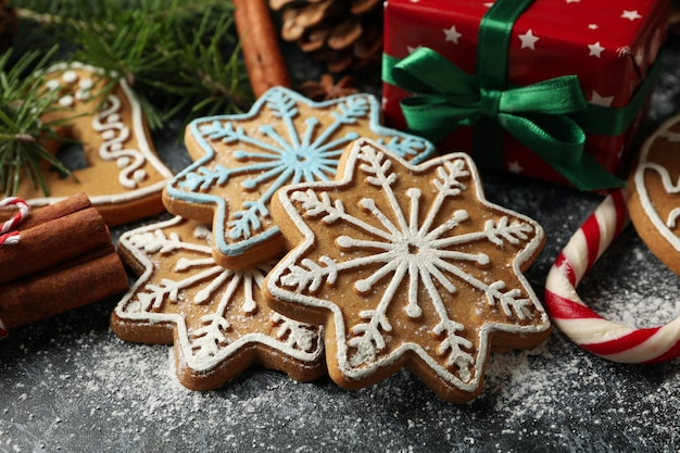 Concetto di cibo natalizio con gustosi biscotti