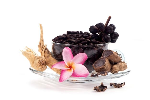 Concetto caffè nero misto galingale e ginseng erbe per la salute isolato su sfondo bianco.