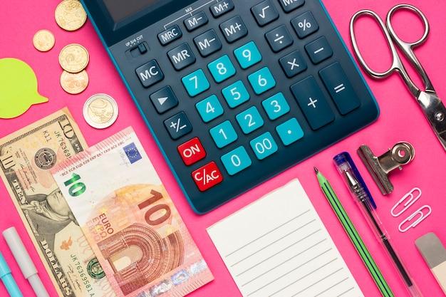 Collage di concetto su una vista superiore di tema finanziario. calcolatrice con bottoni, monete, euro, dollari, lista di controllo, matita, cancelleria, note