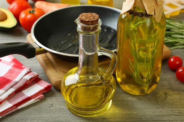 Concetto di cucinare con olio, primo piano