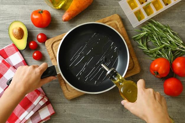 Concetto di cucinare con olio, vista dall'alto