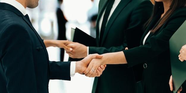 Concetto di cooperazione.strette di mano durante l'incontro con i partner commerciali