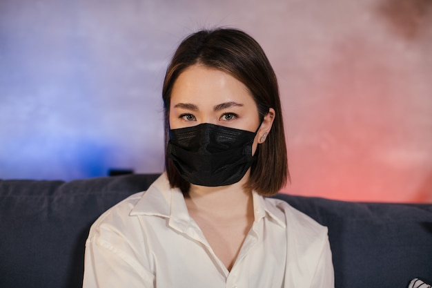 Concetto di quarantena del coronavirus. ragazza asiatica in maschera. protezione contro virus, infezioni